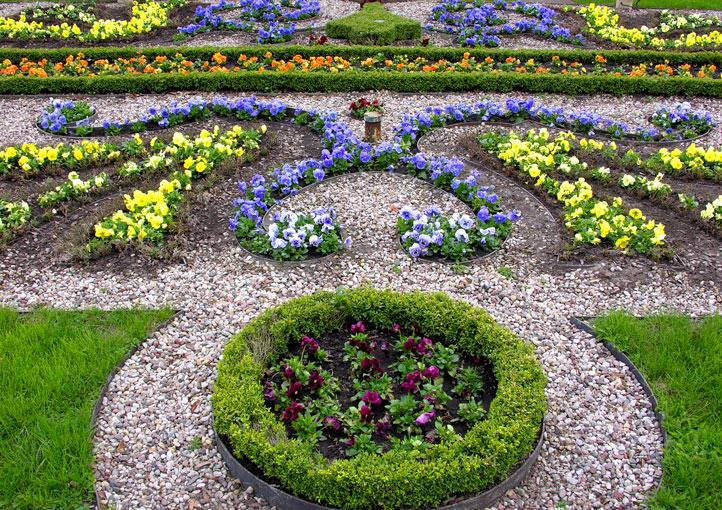 blomsterbed i formasjon i park