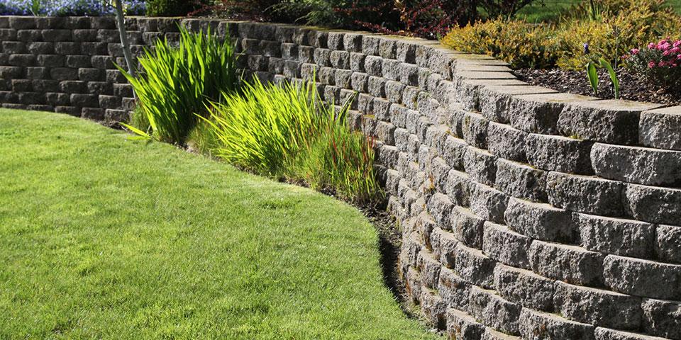 steinmur og blomsterbed