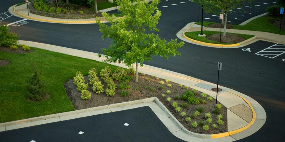grøntområder på offentlig parkeringsplass utført av anleggsgartner
